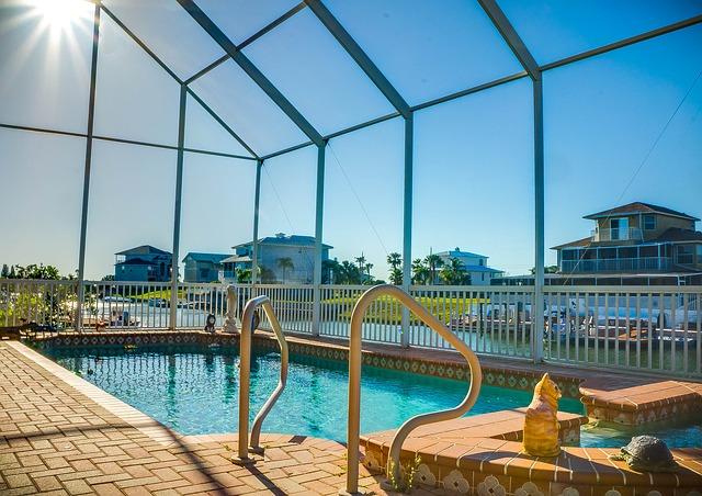 Budowa basenu: baseny ogrodowe kąpielowe i wewnętrzne, zadaszenia basenowe